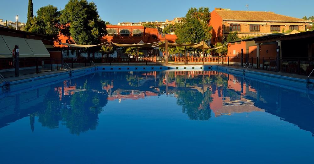 Comenz la temporada de piscina en restaurante el guerra for Piscinas cubiertas granada